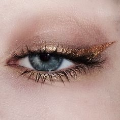 Have you always wanted to achieve that beautiful cat eye look with your eyeliner? If you're having a hard time, there are some easy cat eyes makeup tips you can try out. These tips will help you achieve the look every time in a matter of minutes. Gold Eyeliner, Eyeliner Looks, No Eyeliner Makeup, Skin Makeup, Glitter Makeup, Glitter Eyeshadow, Double Eyeliner, Smokey Eyeliner, Korean Eyeliner
