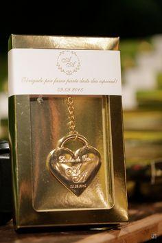 Lembrancinha da Gift Chic para bodas de ouro. Chaveiro dourado com iniciais…