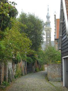 Een mooi straatje in Veere, met op de achtergrond de kerk