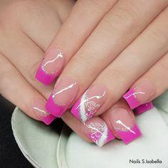 #trendstyle   #trends   #nails  #pink #nailart Einen Hauch von Glamour verleihst Du Deinen Nägeln mit einer pinkfarbenen French-Spitze (Art.-Nr. 4144), einem Make-up cover Gel (Art.-Nr. 2569), filigranen Mustern, die Du mit der Kreativ Malfarbe weiß designst (Art.-Nr. 3152) und etwas Gitzer (Art.-Nr. 5549). Wir finden dieses Design einfach zum Verlieben.