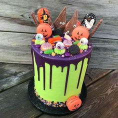 halloween cakes Not all Halloween Birthday cakes need to be scary. A few pumpkin cake toppers on a cake could also be a great birthday cake during Halloween. Here are a few fa Halloween Desserts, Halloween Cupcakes, Haloween Cakes, Scary Halloween Cakes, Bolo Halloween, Halloween Birthday Cakes, Hallowen Food, Halloween Treats, Halloween Pumpkins