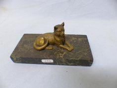 Presse-papier en bronze à patine médaille: Chat couché base rectangulaire