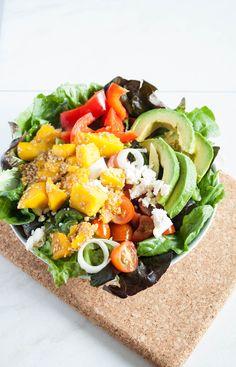Avocado Mango Salat bringt den Sommer auf den Tisch! Dieser farbenfrohe und leckere Salat lässt keine Salatwünsche offen!