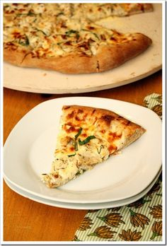 Chicken Alfredo Pizza topped with a lightened up homemade Alfredo sauce and chicken. All the favors of an Alfredo pasta dish, but in pizza form! Ww Recipes, Chicken Recipes, Cooking Recipes, Chicken Meals, What's Cooking, Pizza Recipes, Lunch Recipes, Recipies, Good Food