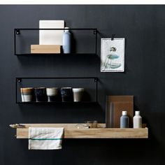 Wandregal Metall von DE EEKHOORN The modern wall shelf made of metal by DE EEKHOORN is painted black and can be easily combined. Kitchen Interior, Interior Design Living Room, Black Hallway, Regal Bad, Kitchen Wall Shelves, Shelf Wall, Flur Design, Metal Walls, Home Decor Accessories
