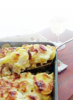 Rakott krumpli- doesn't look much but is one of the fittest things on this earth Hungarian Recipes, Hungarian Food, Hawaiian Pizza, Quiche, Macaroni And Cheese, Food And Drink, Potatoes, Cooking Recipes, Dishes