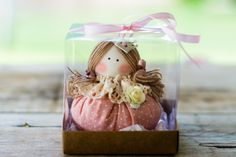 Boneca sachê com embalagem. Sachê perfumado em formato de boneca. Acondicionada em caixas acrílicas.    a boneca mede 8cm e a caixa 8,5 por 8,5 cm.