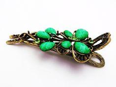 Presilha para cabelo com detalhes de borboletas com pedras verdes. Tamanho: 10cm