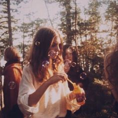 peace, love, and hippies! Summer Aesthetic, Aesthetic Vintage, Aesthetic Photo, Aesthetic Pictures, 1970s Aesthetic, Aesthetic Light, Makeup Aesthetic, Aesthetic People, Aesthetic Drawing