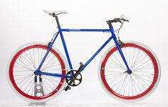 Singlespeed PARIS  - Singlespeed Bike Paris  Wichtigste technische Spezifikationen: - CroMo Rahmen in Rahmengrössen XXS, XS, S, M, L, XL- Kenda-Reifen weiss 700x25- KMC-Kette von KMC (98L)- Vorder- und Hinterradfelge: 700C mit 43 mm Felgenhöhe- Joytech-Vorderradnabe mit Achsmutter- Flip-/Flop Joytech-Hinterradnabe mit 16 T Free/Fixed-Zahnkranz (Freilauf voreingestellt)- Aluminum Kurbelset mit 44T Kettenblatt- Promax Felgenbremsen und Bremshebel- Neco Ahead ...