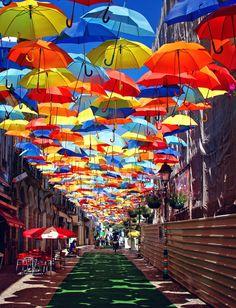 日差しを遮るために街中にアーケードをかざしているところは多くありますが、実用的に傘でアーケードを作ってしまった場所がポルトガル…