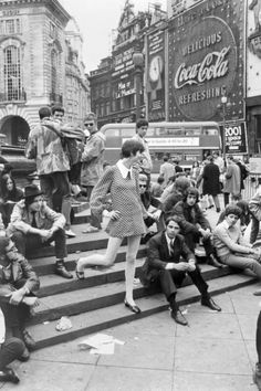 Mod Picadilly. Mid 60s London, on the steps by Eros.