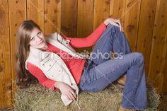 Женщина, возложение обратно серьезные тюков сена — Стоковое фото © alanpoulson #29580571