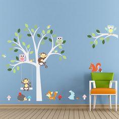 Wat een blikvanger voor de kinderkamer, deze muursticker van een boom in het wit met allemaal aapjes en uiltjes.
