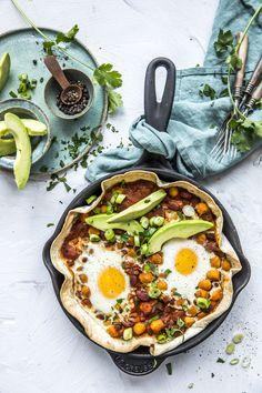 Rask middag eller en skikkelig frokost på dager du trenger en heftig start! Bønner, egg, salsa, vårløk og koriander. Que rico!