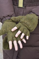 Knitting Patterns Gloves Texting-friendly and iPod-friendly mitts in fast and warm worsted weight? Crochet Mittens, Mittens Pattern, Crochet Gloves, Knitting Socks, Knitting Stitches, Crochet Yarn, Knitting Patterns Free, Free Knitting, Knit Socks