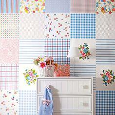 Parede patchwork com papel de presente.