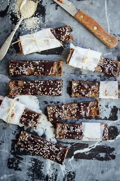 This recipe is for chocolatey no-bake hemp protein bars that are a great snack to grab on-the-go! These bars are packed with lots of good healthy fats, nutrients, energy, and a good dose of protein. Vegan Protein Sources, Vegan Protein Bars, Protein Cake, Low Carb Protein, Hemp Seed Recipes, Raw Food Recipes, Dessert Recipes, Hemp Recipe, Hemp Protein Powder