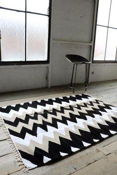 北欧ティストラグ『 シェブロン 』 ブラック×モカ系×ホワイト 150×120