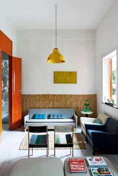 Il salotto Divani e poltrone Cart di Brunno Jahara per Mdesign, sedie in legno di recupero di Piet Hein Eek, lampada a sospensione Batucada e portafrutta Multiplastica Domestica entrambi di Jahara