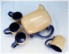 Ceramiczny dzban z kubkami. Ceramic jug with mugs. pottery jug, pottery mugs