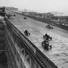 Los trabajadores de Fiat participan en una carrera en el techo de la primera fábrica de la compañía en Turin, Italia. Año 1923.