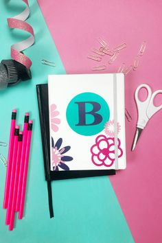 Back To School Cricut Projects to personalize your school supplies. Get school ready with cute gear for students, teachers or just for fun. Add vinyl to decorate and personalize your gear. Cricut Craft Machine, Cricut Craft Room, Cool Diy Projects, Vinyl Projects, Craft Projects, Project Ideas, Vinyl Crafts, Crafts To Do, Personalized School Supplies