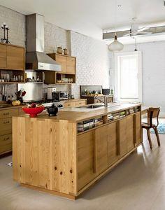 位於布魯克林的公寓改造案,這是建築師事務所MAKE LLC 的作品。預算有限的夫妻希望以扶育小孩出發,展開以中島廚房「食育教養」為中心的室內設計裝修。