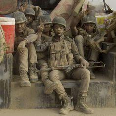 English below - En Irak des membres de la police fédérale irakienne couverts de poussière rejoignent les forces autour de Falloujah mardi 24 mai 2016 à 65 kilomètres à l'ouest de Bagdad pour contribuer à l'opération militaire de grande échelle visant à déloger l'Etat Islamique de cette ville stratégique. #Photo: Rwa Faisal pour @ap.images #Iraqi Federal police covered in dust arrive to join the forces surrounding #Fallujah 40 miles (65 kilometers) west of #Baghdad #Iraq Tuesday May 24…