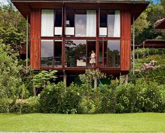 Perto de São Paulo e cercada pela vegetação, a casa de madeira de 220 m² em condomínio na Granja Viana é o plano de vida concretizado de um casal. Ali é possível criar o filho em espaços amplos e abertos com total liberdade