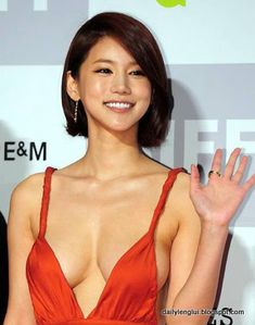 Oh In-Hye was a little known South Korean actress until she dawned a red plunging neckline dress and walked the red carpet at the Busan International Film Festival (BIFF). Photos of her amazing sideboob exploded Films Photos Korean Women, Korean Girl, Angelina Jolie Body, Asian Woman, Asian Girl, Plunging Neckline Dress, Korean Actresses, Cute Beauty, International Film Festival