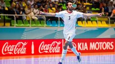 اسماعیلپور: حضورم در کلمبیا قطعی نبود/ برای جام جهانی باید تدارک بهتری میدیدیم  http://1vz.ir/164973  @1Varzesh  گفتوگو با برنده توپ برنز جام جهانی فوتسال کلمبیا     مردی که سایت فدراسیون بینالمللی فوتبال از وی با عنوان «مرد لحظهها» یاد کرد با به ثمر رسیدن ۴ گل زیبا و دو پاس گل در جایگاه سوم برترین بازیکن رقابتهای جام جهانی قرار گرفت و توپ برنز را تصاحب کرد.      این بازیکن که گلهای دیدنی و تمام کنندهاش، ایران را از خطر حذف شدن نجات داد، تا قبل از جام جهانی امیدی به ..