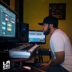Via Instagram LAEMINENCIAreal Escuchando escuchando se aprende mucho. Mixing #Trambolica que es una locura #PreparaTuAudifonos  #MusicaComputarizada #LaEminencia @laqadramusic #tw #fb