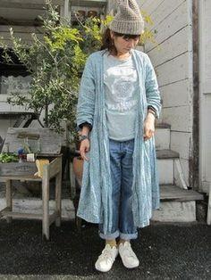 カシュクールワンピースとジーンズの組み合わせは、ボーイッシュな雰囲気をプラスしてくれます。ラフな感じの着こなしがお洒落!
