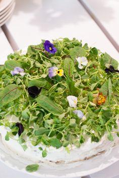 Voileipäkakku x 4 kevään juhliin – Keittiössä, kotona ja puutarhassa   Meillä kotona Cake Sandwich, Seaweed Salad, Food And Drink, Takana, Tuli, Ethnic Recipes, Plants, Food Ideas, Flowers