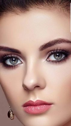 Quick and classy elegant natural smoky eyeshadow makeup ideas 1 Most Beautiful Faces, Beautiful Lips, Gorgeous Eyes, Beautiful Girl Indian, Beautiful Girl Image, Pretty Eyes, Gorgeous Women, Girl Face, Woman Face