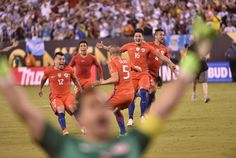 Chile's players celebrate after defeating Argentina in the penalty shoot-out Copa Centenario, Football Results, Fifa App, Penalty Shoot Out, Espn, Scores, Competition, America, America's Cup