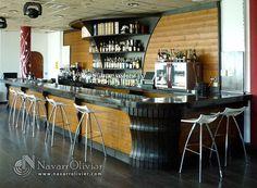 Barra de bar y mueble botellero trasero.  navarrolivier.com