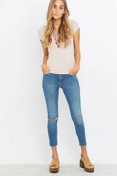 """BDG – Kurze Mid-Rise-Skinny-Jeans """"Breeze"""" in Hellblau mit Rissen – Damen 30W 28L"""