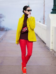 12 Stylish Color Blocking Outfit Styles - Be Modish Look Fashion, Fashion Outfits, Street Fashion, Helena Bordon, Color Blocking Outfits, Yellow Coat, New Fashion Trends, Fashion Bloggers, Michael Kors Fulton