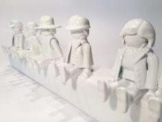 Superschöne Garderobe für Kids aus upgecycelten Playmobil Figuren- so cool und ganz leicht zum Nachbasteln! #diy #garderobe #kinderzimmer