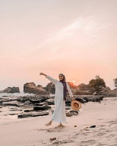 Hijaber of the day by Hijab Fashion Summer, Street Hijab Fashion, Beach Photography Poses, Beach Poses, Photo Hijab, Hijab Mode Inspiration, Ootd Poses, Poses Photo, Beach Ootd