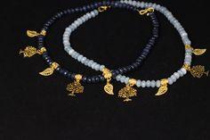 Super elegante gargantilla con arbolitos y hojas chapadas de 3 micras chapadas en oro de 22k. Disponible en azul oscuro, azul claro y verde. todas ellas en www.greenlily.es