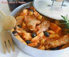 Tenero e saporito il coniglio in umido con olive e patate permette una gustosa scarpetta finale. Una ricetta anche facile da realizzare.