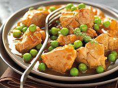 Recette d'agneau, petit pois frais, oignons et aneth revenus dans le jus de tomate : un plat de résistante complet.