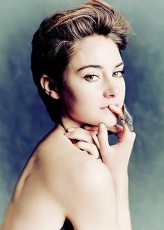 If you are young women looking for new and stylish short haircuts, here are Shailene Woodley's Gorgeous Short Hair Pics that we have collected for u Stylish Short Haircuts, Popular Short Hairstyles, Pixie Hairstyles, Medium Hairstyles, Pixie Haircut, Celebrity Short Hair, Celebrity Hairstyles, Celebrity Babies, Short Hair Cuts
