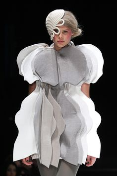 Wearable Art / Architectural fashion - sculptural dress with layered form - repeating shapes, tone & structure; conceptual fashion design // Jon Cordiano I like how the designer repeated shapes and created a dress out of it Arte Fashion, Paper Fashion, 3d Fashion, Weird Fashion, Fashion Week, Fashion Details, Look Fashion, Trendy Fashion, High Fashion
