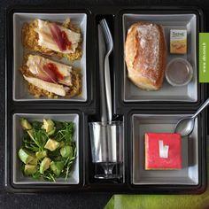 Plateau repas très pratique avec un unique couvercle pour des compartiments parfaitement hermétiques. http://www.dinovia.fr/plateau-repas-jetable-quatuor.html?produit=all