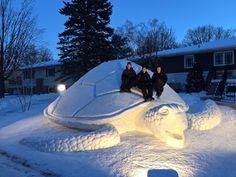 3 Kardeşin bahçelerine yaptıkları dev kardan heykeller