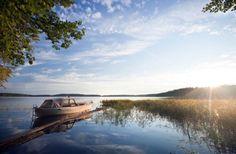 Ierland staat bekend om zijn wilde en ruige landschappen, maar als je de romantische toer op wil, dan breng je het best een bezoekje aan de meren van Killarney.